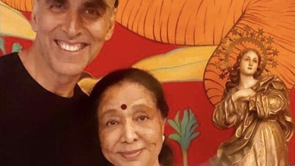 Akshay Kumar meets Asha Bhosle, bonds with her over tea. See pic