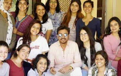 इरफान खान, करीना कपूर और राधिका मदान ने पूरी की 'अंग्रेजी मीडियम' की शूटिंग, निर्देशक ने ये फोटो शेयर कर दी जानकरी | Bollywood Life हिंदी