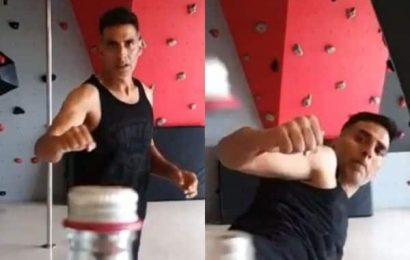 अक्षय कुमार ने पूरा किया 'बोतल कैप चैलेंज', वीडियो देखकर हिल जाएंगे बाकी बॉलीवुड स्टार्स | Bollywood Life हिंदी