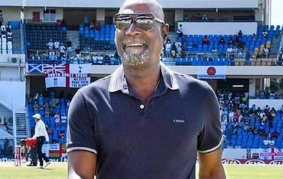 Viv Richards falls ill during pre-game show, carried off field