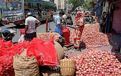 Wholesale onion prices fall below ₹30/kg at Lasalgoan after govt measures