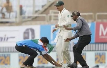 Watch: Quinton de Kock returns pitch invader's slipper after he is escorted out by guards
