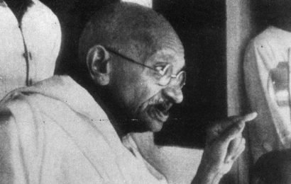 Gandhi's grand daughter-in-law pays tribute to Bapu in Surat