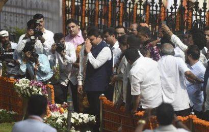 Fadnavis heckled at Bal Thackeray's death anniversary function