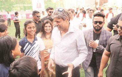 Don't seek, give autographs, Kapil Dev tells students