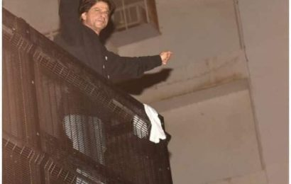 Happy Birthday Shah Rukh Khan: SRK greets fans as they throng Mannat like every year — view pics | Bollywood Life
