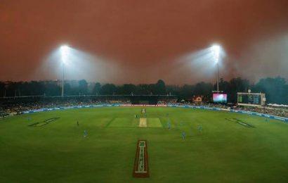 Fast bowler Siddle treated for bushfire smoke inhalation