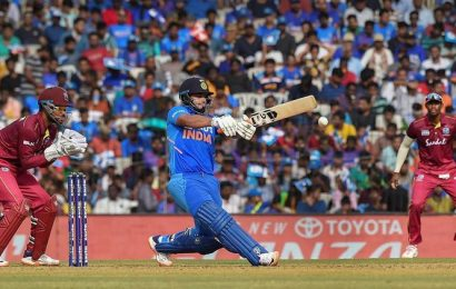 Rishabh Pant gets MS Dhoni's den to chant his name: Watch