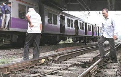 Mumbai: 22-year-old woman falls off crowded train, dies