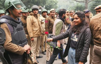 Amid anti-CAA protests in Delhi, pic of girl giving rose to cop goes viral