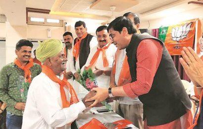 BJP leaders greet Pakistani nationals with flowers in Rajkot