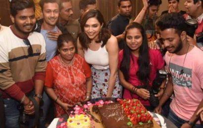 Deepika Padukone ने एक दिन पहले मनाया बर्थडे, पैपराजी के आग्रह पर काटा केक, देखें Video