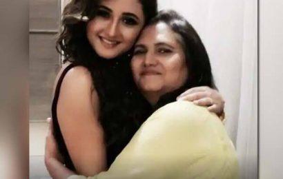शॉकिंग! फैमिली टास्क के दौरान Bigg Boss 13 के घर में एंट्री नहीं लेंगी Rashami Desai की मां, जानिए वजह