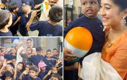 Yeh Rishta Kya Kehlata Hai एक्ट्रेस Shivangi Joshi ने पूरे जोश के साथ मनाया गणतंत्र दिवस का जश्न, बच्चों संग मिलकर क्लिक करवाई तस्वीरें