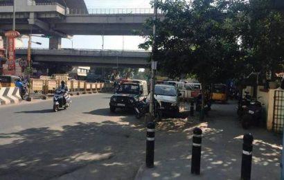 Police vehicles hinder traffic flow at Vadapalani junction