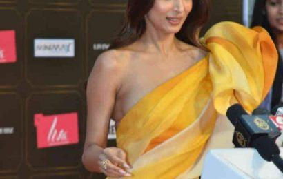 Miss Diva 2020 फिनाले पर पीले रंग की बोल्ड ऑफ-शोल्डर ड्रेस पहनकर पहुंची Malaika Arora, देखें Photos