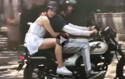 Sara Ali Khan को रोमांटिक अंदाज में बाइक पर घूमते नजर आए Kartik Aaryan, देखें Video