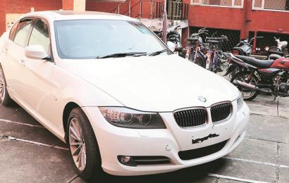 Noida: Drunk man driving BMW stops to urinate, miscreants flee with car