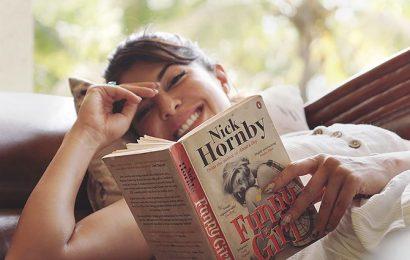 What books are Jacqueline, Kajol, Sonali reading?