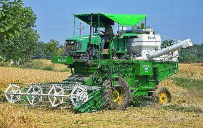 Watch | Telangana farmers are facing difficulty in procuring harvestors