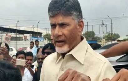 Chandrababu Naidu greeted with eggs, tomatoes and chappals