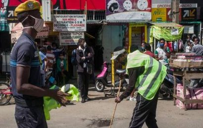 Coronavirus | People caught without masks forced to sweep streets in Madagascar