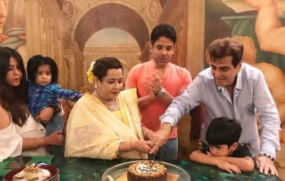 Jeetendra celebrates 78th birthday with family, grandsons Laksshya and Ravie Kapoor. Watch