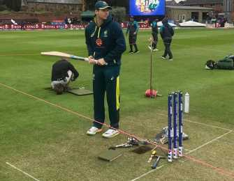 SEE: Aus Smith gives fans batting tutorial