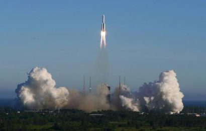 China's new large rocket makes maiden flight