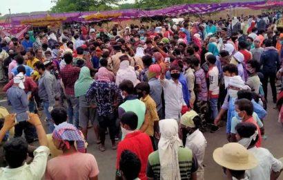 Chaos at MP-Maharashtra border as migrants rush to return home
