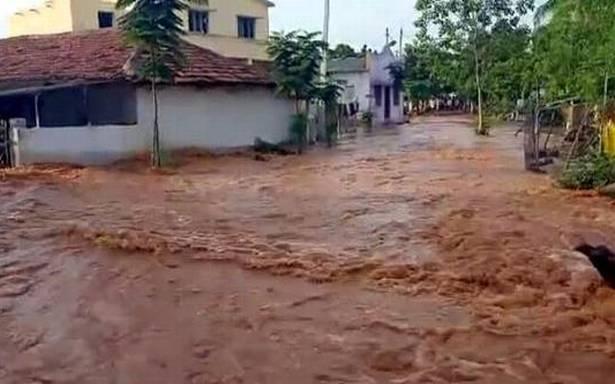 Breach in Kondapochamma canal; water enters Shivaru Venkatapur village