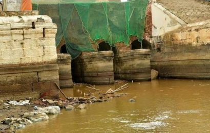 Parapet of bridge over Peruvalai Canal head sluice collapses