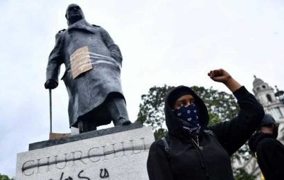 Man urinates on memorial of cop during far-right protest in London, held