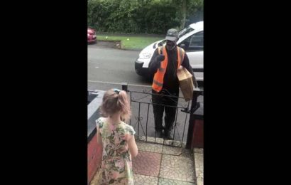 Mum records sweet interaction between daughter and their hearing impaired delivery man