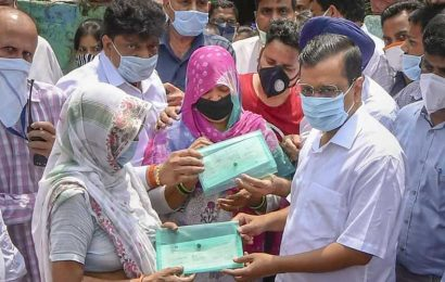 Kejriwal hands over Rs 1 cr cheque to kin of sanitation worker who died of Covid-19