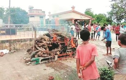 Tribal man cremates father on Surat village road, booked