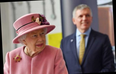 Queen Elizabeth's Mask-less Public Appearance Has Sparked Concern