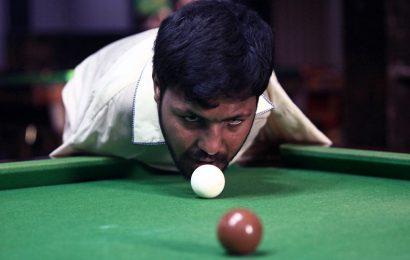PIX: Born without arms, Pakistani man masters snooker
