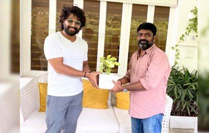 Allu Arjun gifts a plant to Palasa director Karuna Kumar