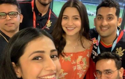 Anushka Sharma's pregnancy glow catches everyone's attention in this viral RCB team picture