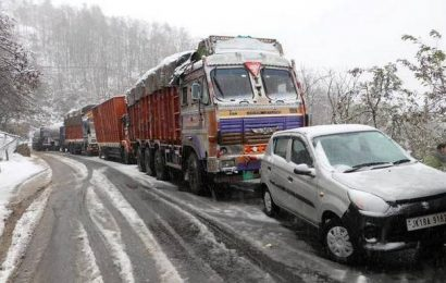 Snowfall closes Kashmir's surface links with country