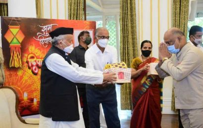 Maharashtra Governor gifts bamboo lamps made by tribal women to Raj Bhavan staff