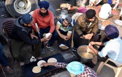 Farmers protesting at Delhi border offer prayers on Guru Nanak Jayanti, distribute 'prasad'