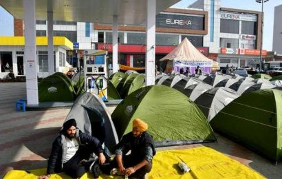A 'tent city' comes up at the Singhu border