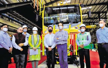 Maharashtra CM invites BJP, Centre for dialogue on Mumbai Metro car shed
