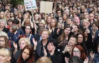 Poland: Protesters march to PiS leader's home after abortion ruling