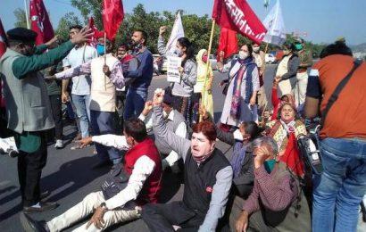 Farmers stage 'chakka jam' in Rajasthan