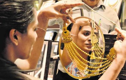 Gold prices see a good week, end at Rs Rs 49,644 per 10 gm