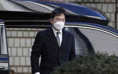 Prosecutors seek 9-year prison term for Samsung chief Lee