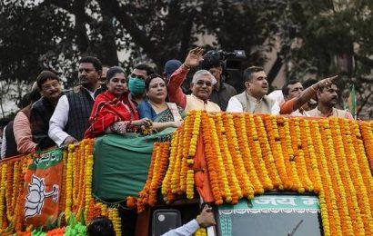 Stones hurled at BJP's roadshow in Kolkata